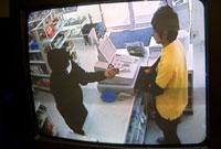 防犯カメラに映し出されたコンビニ強盗の様子 11014023910| 写真素材・ストックフォト・画像・イラスト素材|アマナイメージズ