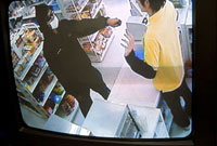 防犯カメラに映し出されたコンビニ強盗の様子 11014024047| 写真素材・ストックフォト・画像・イラスト素材|アマナイメージズ