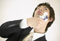 髭を剃るビジネスマン 11014024131| 写真素材・ストックフォト・画像・イラスト素材|アマナイメージズ