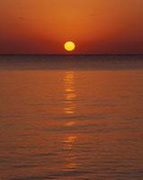 宮古島の海と朝日 11014025178| 写真素材・ストックフォト・画像・イラスト素材|アマナイメージズ
