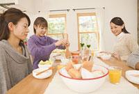 ホームパーティーをする女性3人