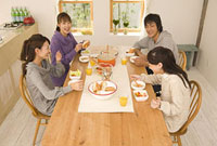 ホームパーティーをする男女4人