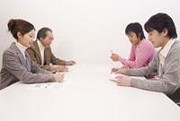 ミーティングをする男女4人