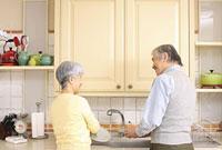 キッチンに立つシニアカップル 11014025485| 写真素材・ストックフォト・画像・イラスト素材|アマナイメージズ