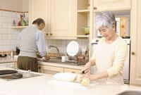 キッチンで料理をするシニアカップル 11014025494| 写真素材・ストックフォト・画像・イラスト素材|アマナイメージズ