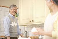 キッチンに立つシニアカップル 11014025498| 写真素材・ストックフォト・画像・イラスト素材|アマナイメージズ