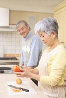 キッチンで料理をするシニアカップル 11014025499| 写真素材・ストックフォト・画像・イラスト素材|アマナイメージズ