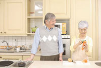 キッチンで料理をするシニアカップル 11014025500| 写真素材・ストックフォト・画像・イラスト素材|アマナイメージズ