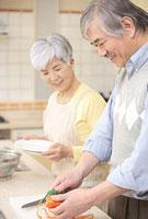 キッチンで料理をするシニアカップル 11014025501| 写真素材・ストックフォト・画像・イラスト素材|アマナイメージズ