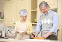 キッチンで料理をするシニアカップル 11014025502| 写真素材・ストックフォト・画像・イラスト素材|アマナイメージズ