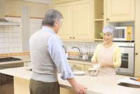 キッチンで料理をするシニアカップル 11014025503| 写真素材・ストックフォト・画像・イラスト素材|アマナイメージズ