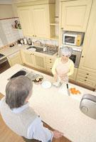キッチンで料理をするシニアカップル 11014025505| 写真素材・ストックフォト・画像・イラスト素材|アマナイメージズ
