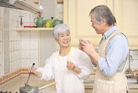 キッチンで味見をするシニアカップル 11014025515| 写真素材・ストックフォト・画像・イラスト素材|アマナイメージズ