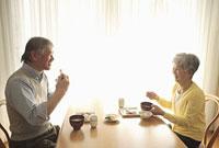朝食を食べるシニアカップル