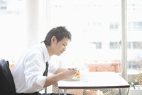 朝食を食べる男性