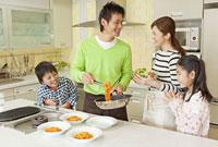 キッチンで会話する親子4人