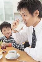 牛乳を飲む父親と息子