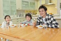 カレーライスを食べようとする父親と子供2人