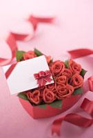 ハート形の箱に入ったバラとメッセージカード