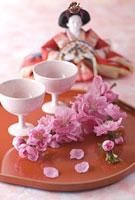 ひな人形と盃と桃の花