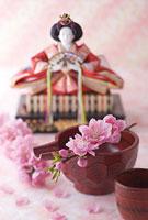 ひな人形とお神酒と桃の花
