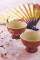 おちょこと扇子と桜の花