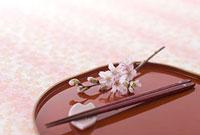 箸と盆と桜の花