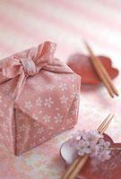 重箱と箸と桜の花