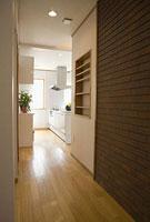 フローリングの廊下とキッチン