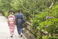 祇園白川を歩く和服姿の男女