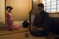 茶室で正座する和服姿の男女