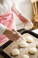 パンを作る女性の手