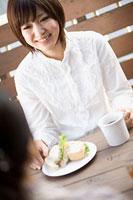 お茶を飲みながら談笑する女性