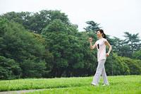 ウォーキングをする中年女性 11014026999| 写真素材・ストックフォト・画像・イラスト素材|アマナイメージズ
