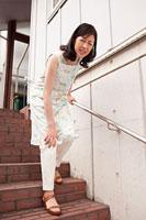 関節痛に悩む中年女性