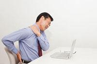 肩こりと腰痛に悩む中年男性