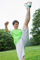 足を蹴り上げる若い男性