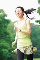 ランニングをする若い女性 11014027093| 写真素材・ストックフォト・画像・イラスト素材|アマナイメージズ
