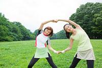 ストレッチをする若い女性2人
