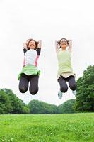 ジャンプする若い女性2人