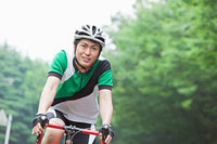 自転車に乗るサイクリングウェアの若い男性