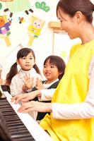 ピアノで遊ぶ子供2人と保育士 11014028232| 写真素材・ストックフォト・画像・イラスト素材|アマナイメージズ
