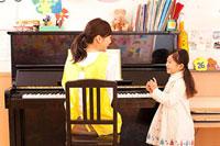 ピアノを弾く保育士と女の子 11014028233| 写真素材・ストックフォト・画像・イラスト素材|アマナイメージズ