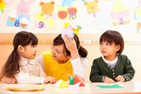 折り紙で遊ぶ子供2人と保育士 11014028237| 写真素材・ストックフォト・画像・イラスト素材|アマナイメージズ