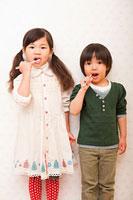 歯磨きをする女の子と男の子 11014028242| 写真素材・ストックフォト・画像・イラスト素材|アマナイメージズ