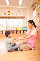 保育所で遊ぶ保育士と男の子 11014028249| 写真素材・ストックフォト・画像・イラスト素材|アマナイメージズ