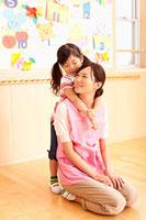 保育所で遊ぶ保育士と女の子 11014028250| 写真素材・ストックフォト・画像・イラスト素材|アマナイメージズ