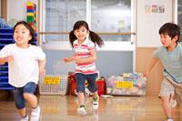 保育所内で走る子供達
