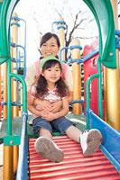 遊具で遊ぶ女の子と保育士 11014028254| 写真素材・ストックフォト・画像・イラスト素材|アマナイメージズ
