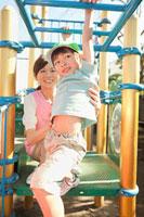 遊具で遊ぶ男の子と保育士 11014028255| 写真素材・ストックフォト・画像・イラスト素材|アマナイメージズ